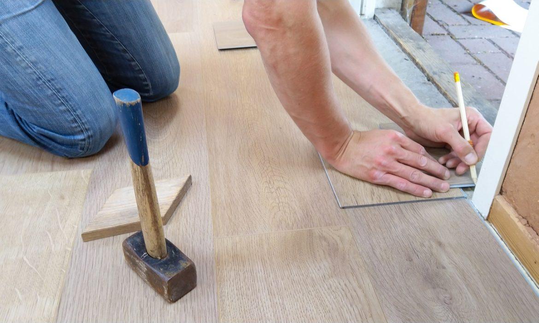 tømrer bygger gulv