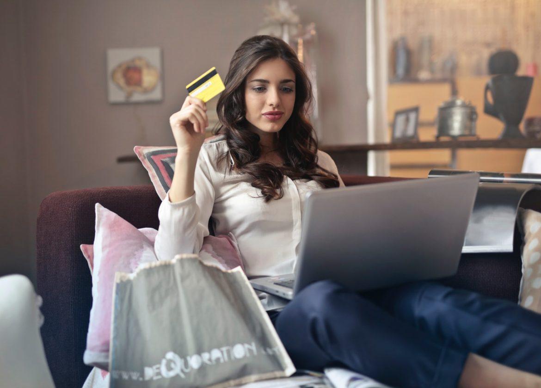 Kvinde er i gang med at købe noget af damen