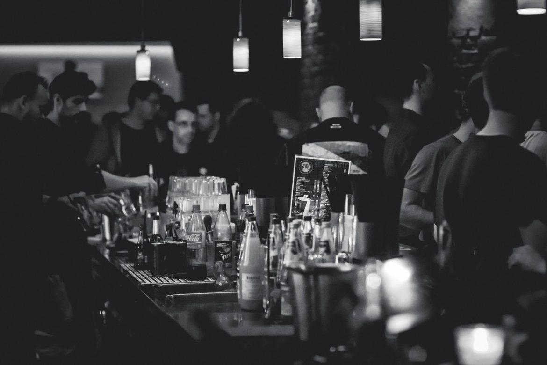 Sort hvidt billede af bar med en masse mennesker
