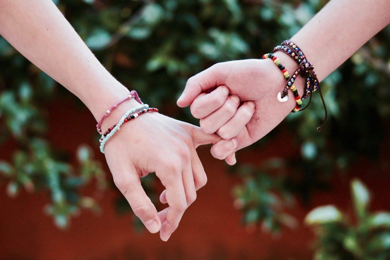 Hjemmelavede armbånd som to personer har på
