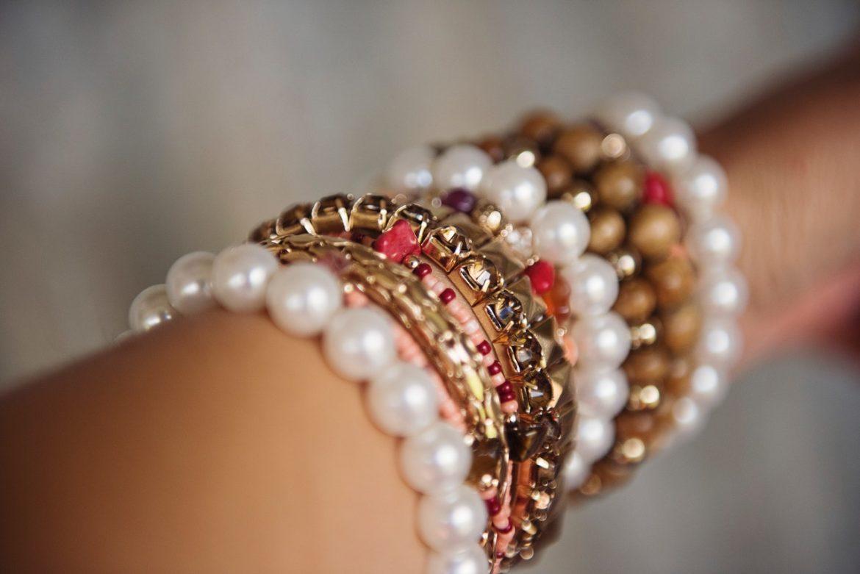 Hjemmelavet armbånd med mange perler