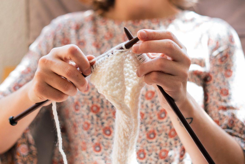 Person strikker med strikkepinde