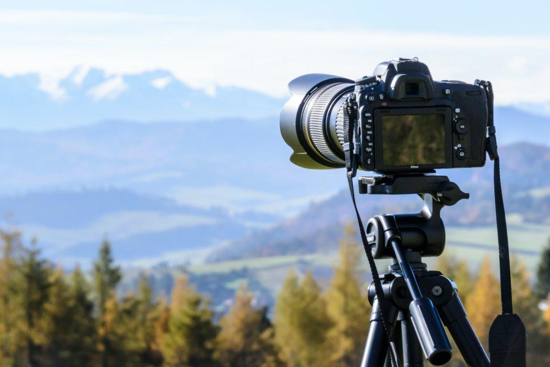 Sort kamera tager billede af flot udsigt